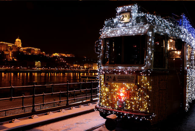 A villamos is fényárban úszik – 5 + 1 ünnepi jármű!